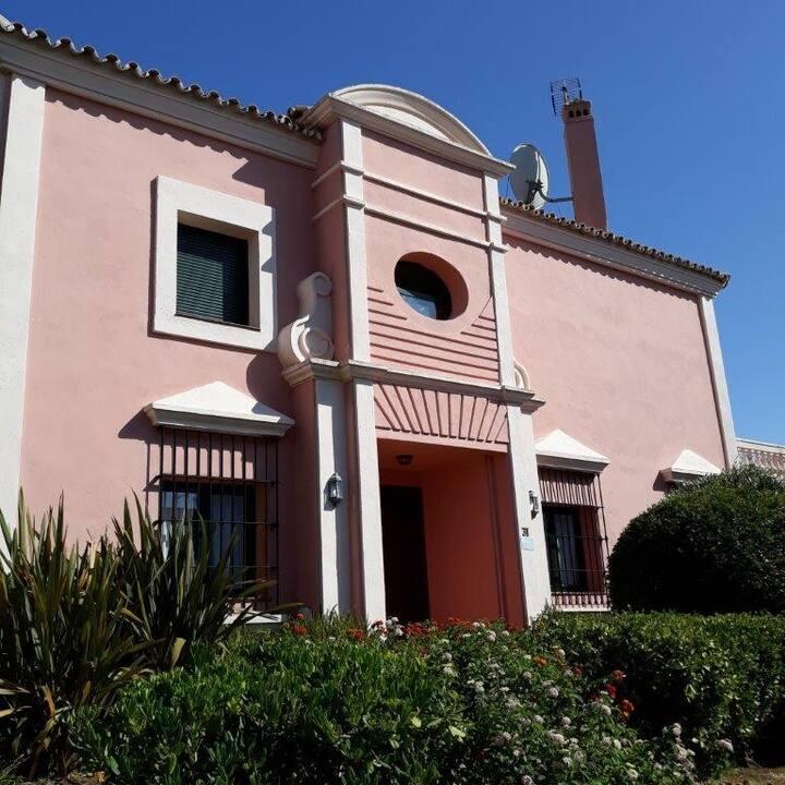 Preciosa villa pareada en Sotogolf, Sotogrande.