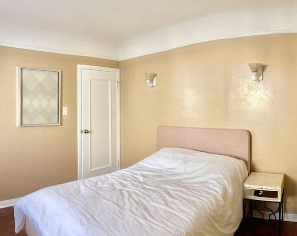 Calming private room w/ comfy bed, TV & big closet