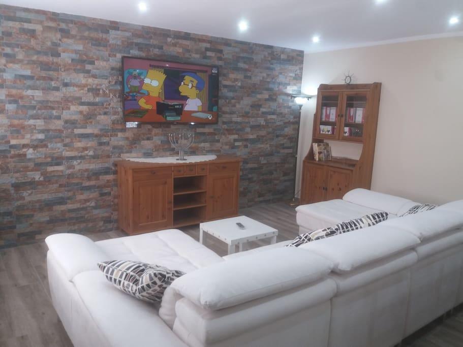 SMART TV y sofá de piel con doble cheslón