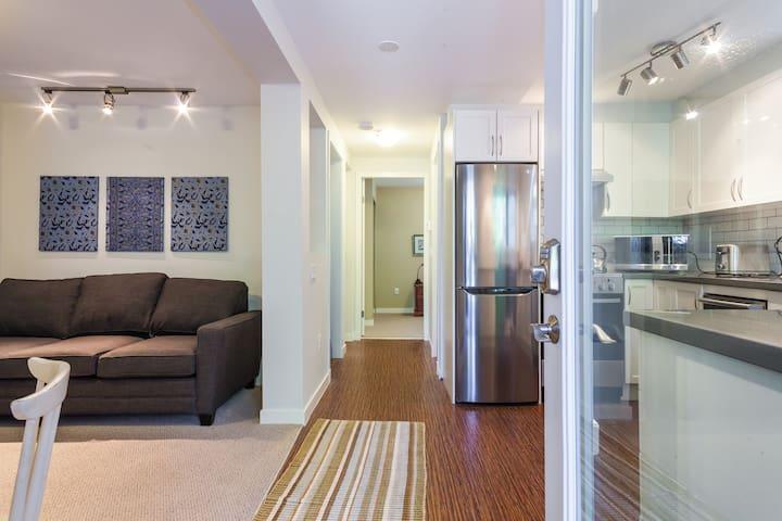 Main Street Cozy Garden Suite: free parking