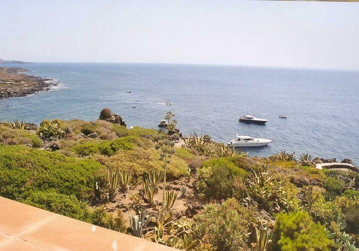 Attico panoramico fronte mare, con propria caletta