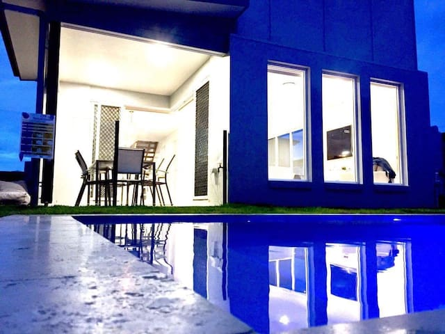 Big Hampton Style Home Only Minutes To The Beach - Caloundra West - Dům