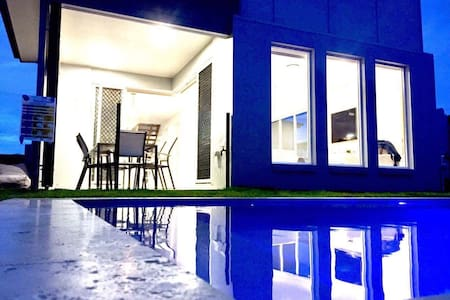 Massive Hampton style home and close the the beach - Caloundra West - Casa