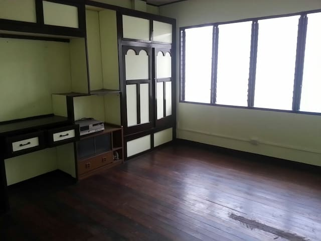 Large room for rent near España - Manila - Casa