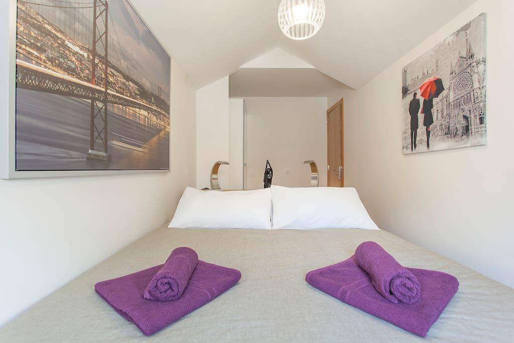 Chambre avec un grand lit de haute qualite de 1'60, armoires et tres calme.