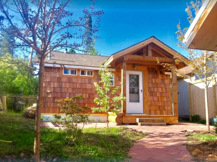 The Writer's Cabin, quaint and luxurious in the heart of town