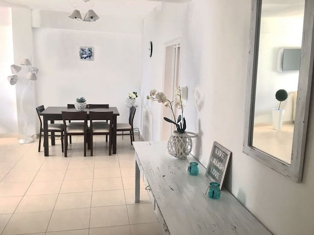 Beautiful Sea View Apartment near the beach - Agios Tychon - Apartment