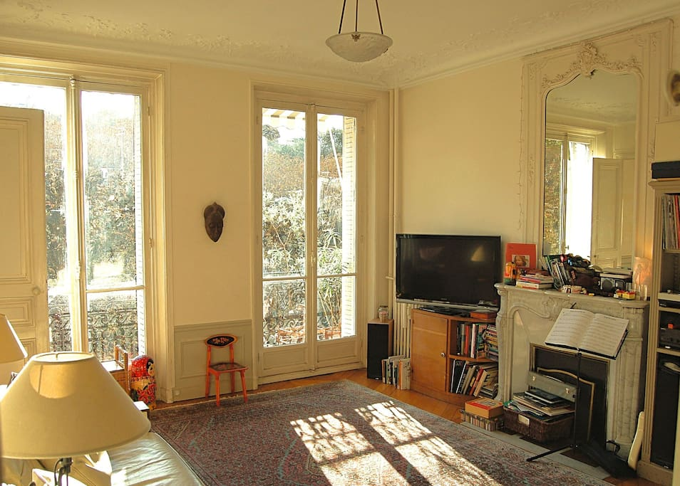 Living room oct 2018 - garden view side (sunny from 8AM till 2PM)