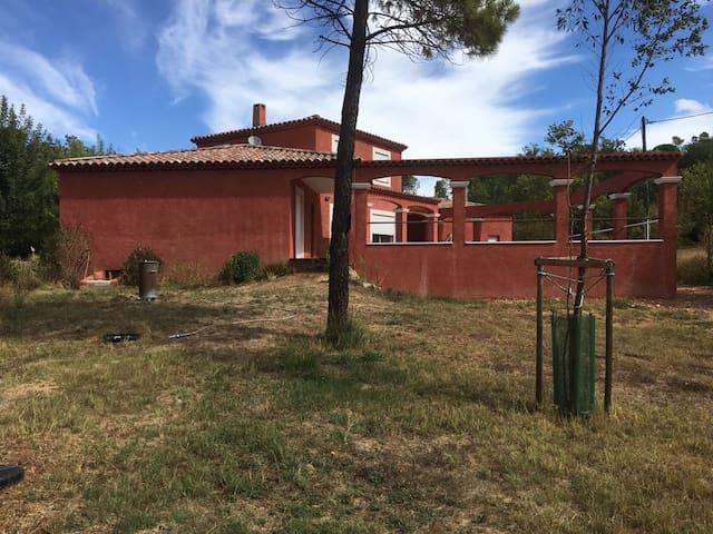 Villa, piscine et colline au coeur de la Provence