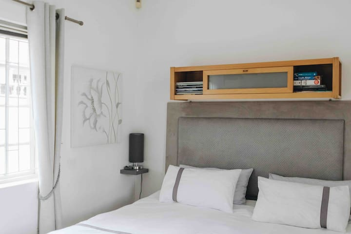 Private room with separate entrance in Rondebosch
