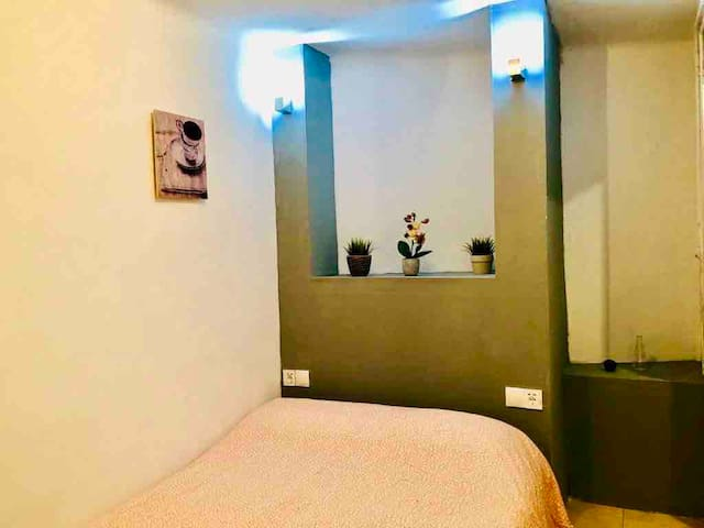 BEAUTIFUL NEW ROOM WITH PRIVATE BATHROOM, TV, E3