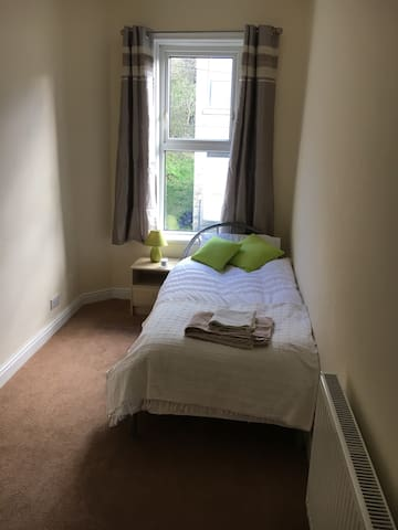 Cosy modern single room - close to M62/M1