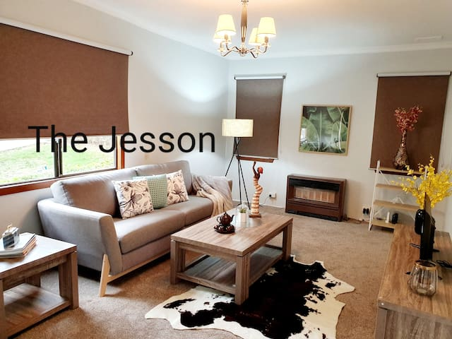 Entire 3 bedrooms house, 1.4km to Dandenong Plaza