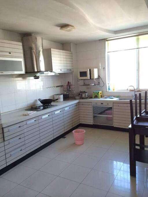 一流的厨房,天燃气,水电及厨房用具应有俱有。
