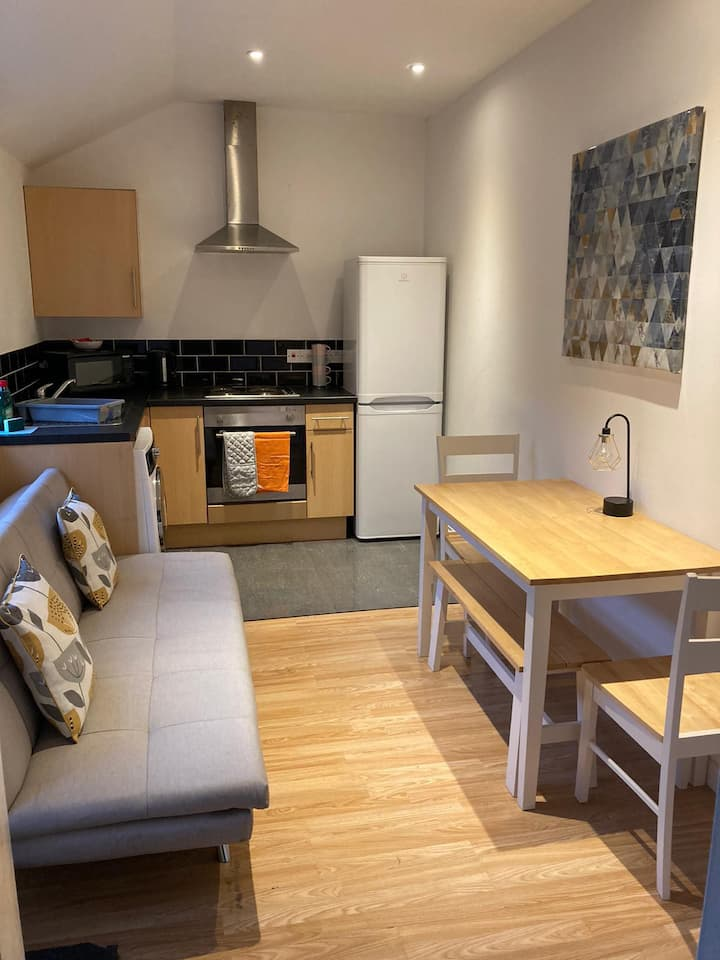Kingsway Apartment (Quiet Location)