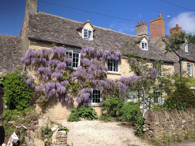 Cotswold cottage in lovely village