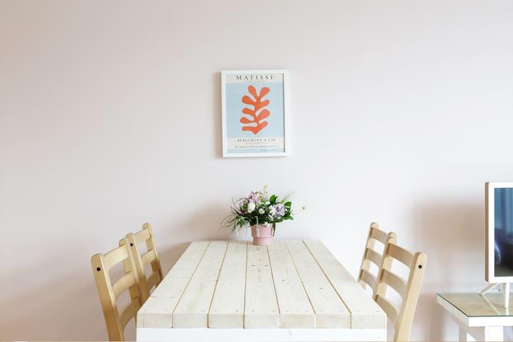 Opirus House // Orange room