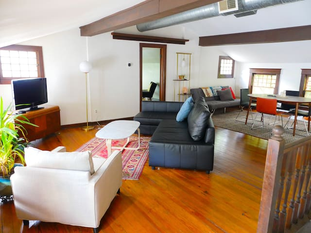 Charming Loft Apartment, Walk to the Plaza & more!