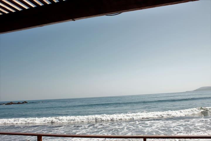 MAITENCILLO CABAÑAS JC frente a la playa.