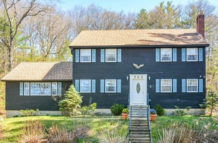 THE PREFECT RETREAT! ONLY 30 MINUTES TO BOSTON - North Andover - House