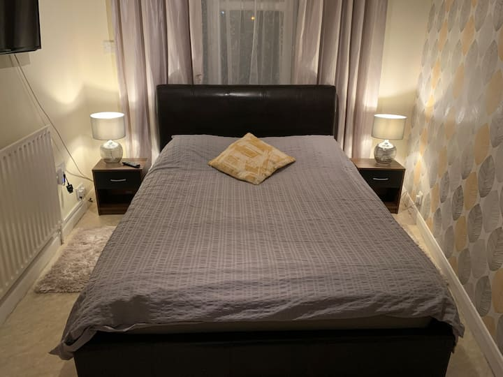 Self contained, private double en-suite bedroom