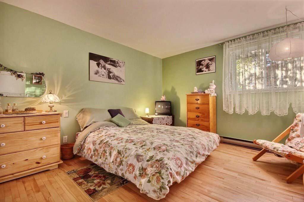 Grande chambre, lit queen / Large room, queen size bed