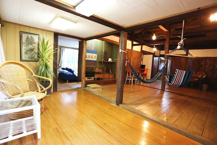 【西のや】100年近い歴史を持つ伝統的な赤瓦古民家で過ごす石垣島。約30坪の一軒家をゆったり貸切で!