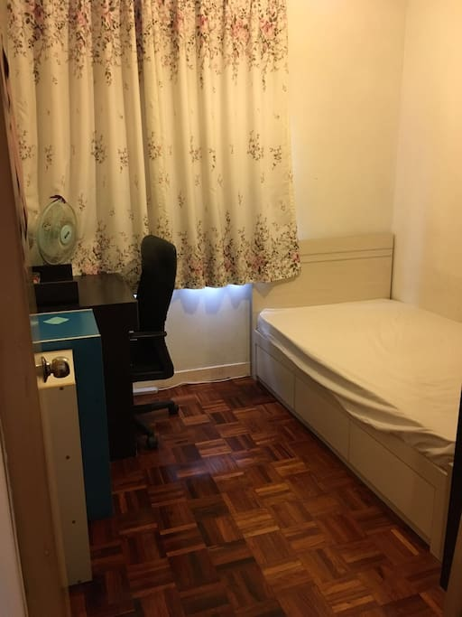 1米宽单人床,书桌,电脑椅,储物柜,有空调