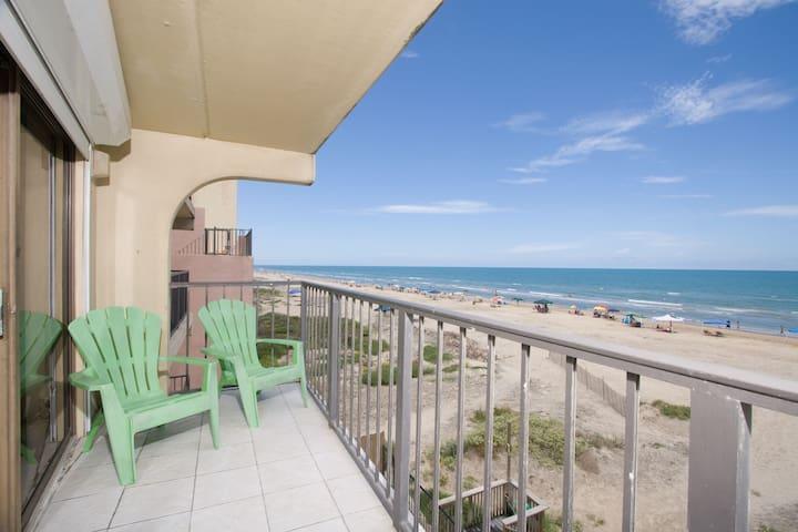Great Beachfront 2 BR Sleeps 6  FL1