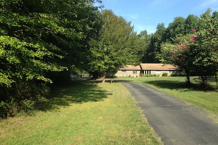 Private home on 6 acres with in-ground heated pool - New Kent - House