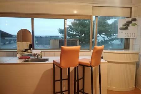 海岸單車旅店房間正前方就是港和龜山島很多漁船和美麗的龜山島有新鮮的海鮮 - 頭城鎮 - Bed & Breakfast