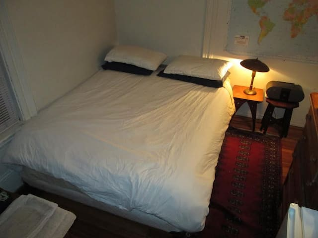 Guestroom w/priv bath. Subway. Davis Sq.