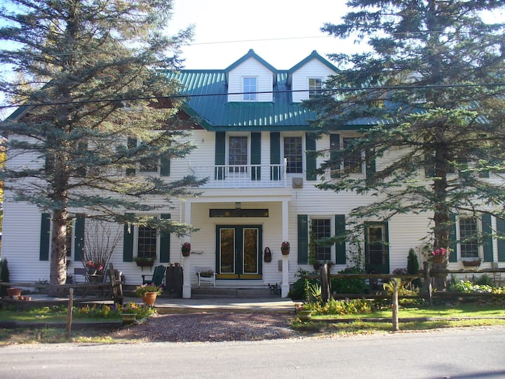 Slps up to 30-Entire Muskoka LakeSide Inn 10 BR/BA