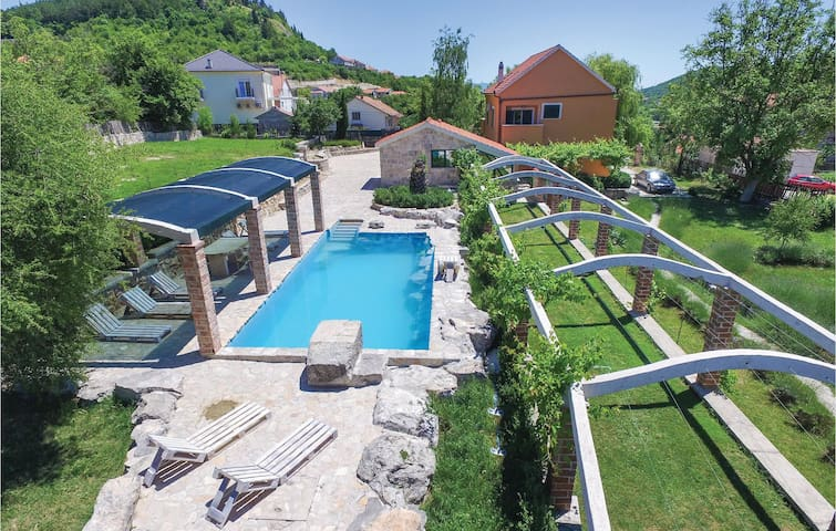Holiday cottage with 4 bedrooms on 265 m²
