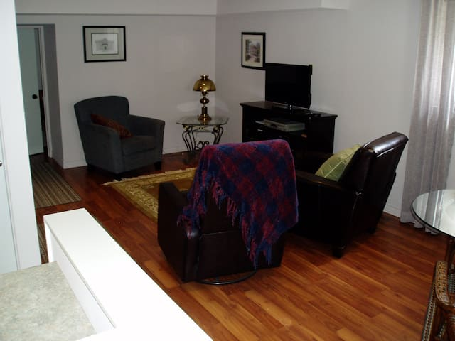 Lovely, self-contained apartment, 2 minutes to 401