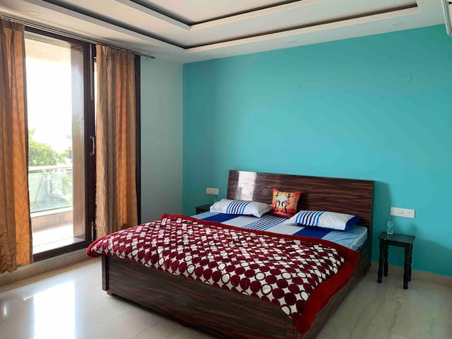Luxury Familyroom 3bhk near goodearth ,medanta