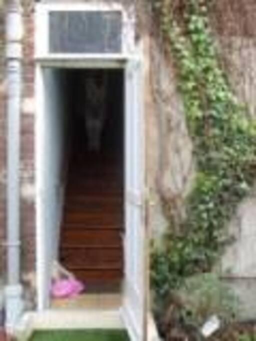 accès par entrée privative par le jardin