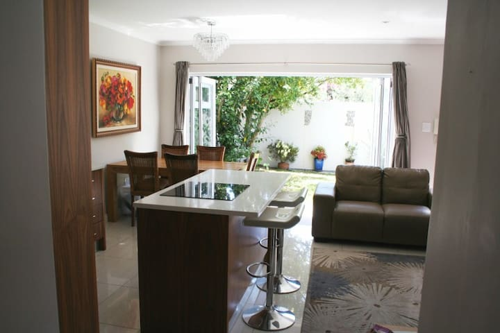 Sunny modern secure apartment - Cape Town - Daire