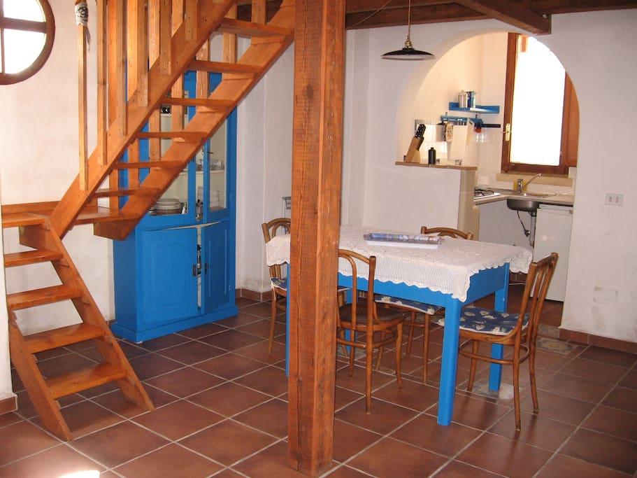 Wohnbereich mit offener Kochecke.
