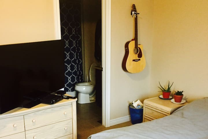 Room with ensuite in large townhome - Burlington - Adosado
