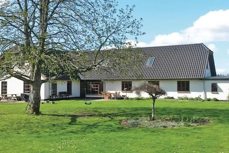 Former farm house with 6 bedrooms on 340m² in Stakroge