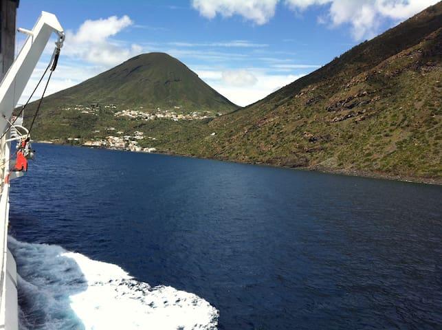 nido sul mare - LENI località Rinella, Isole Eolie - Dům