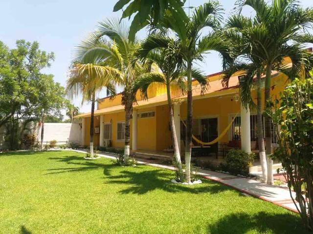 Linda casa con 2 Terrazas con vista a jardines, contamos con árboles frutales de mango, mandarina, limón, aguacate, guanábana, guayaba y bellas palmeras que se mecen con la brisa; excelente espacio para descansar en la sala exterior con su hamaca