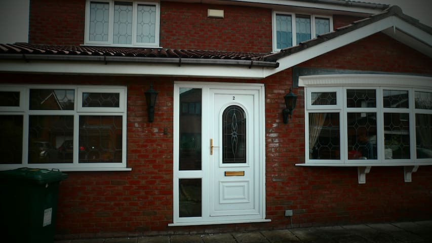Lovely Detached House - Heywood - Ev
