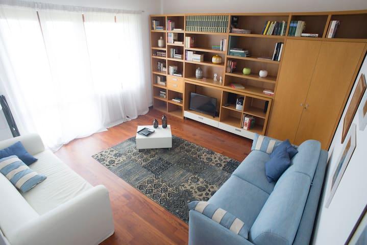 Salotto con WIFI, TVSAT, CD Player, aria condizionata e divano letto