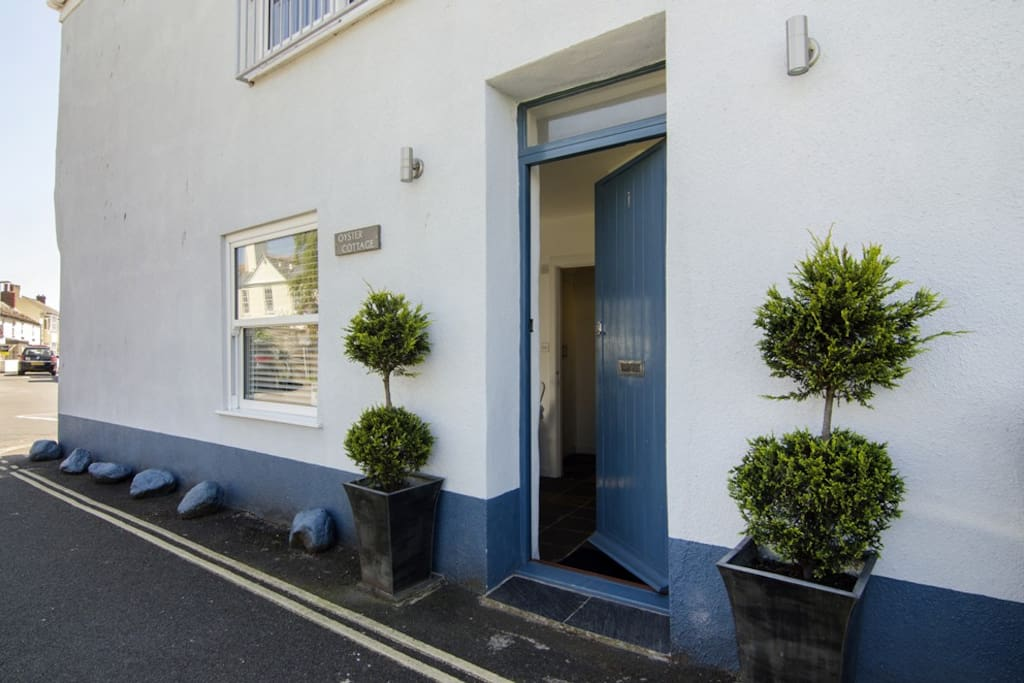 Oyster Cottage is a super 2 bedroom reverse living cottage, bang in the centre of Shaldon Village and within walking distance to Shaldon Beach, pub, cafés, restaurants and the many varied village shops!