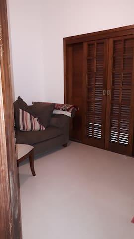 Com mobilia ou sem , piso porcelanato , tudo novo sem uso , portas madeiras nobres , porta balcão.