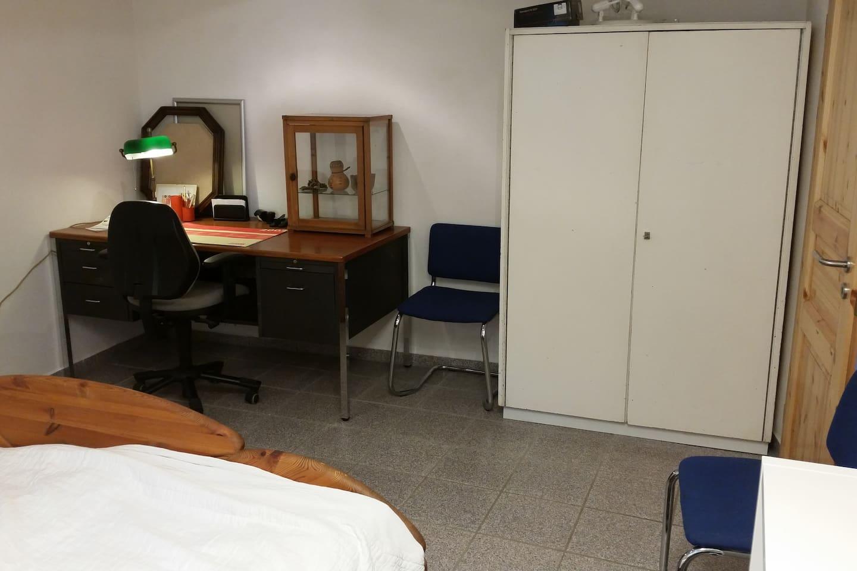 Schreibtisch und Kleiderschrank im Schlafzimmer