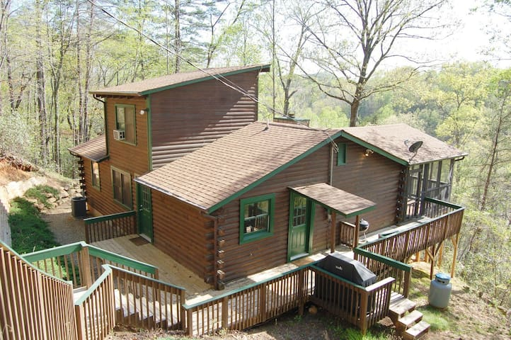 NEW to AirBnB! Relaxing cabin in Lake Lure ~ Large Porch ~ Mirror Lake access!