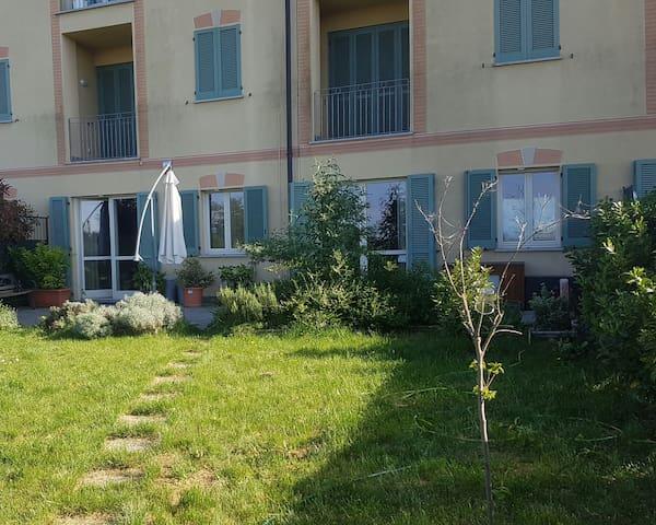 Appartamento in collina con giardino e piscina. - Tortona - Departamento
